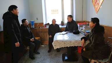 阿林业局第二慰问组走访慰问老干部、劳动模范、困难职工