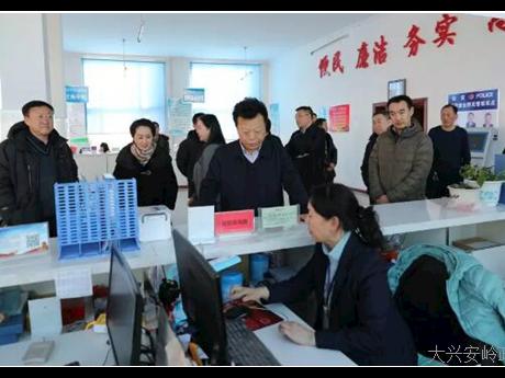地委委员、行署副专员、地委宣传部部长刘洪久深入塔河县进行调研